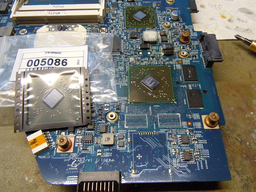 Для замены графического чипа матплата извлекается из ноутбука